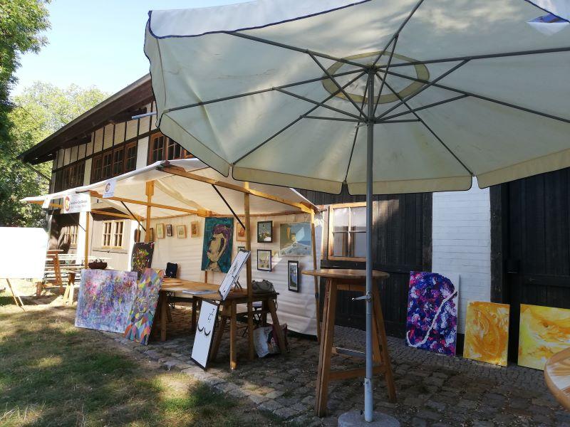 heiße Sommerausstellung im Grün